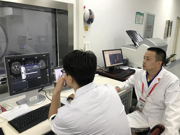 图10.医学影像科毕忠旭主管技师(右)指导当地技师操作.jpg